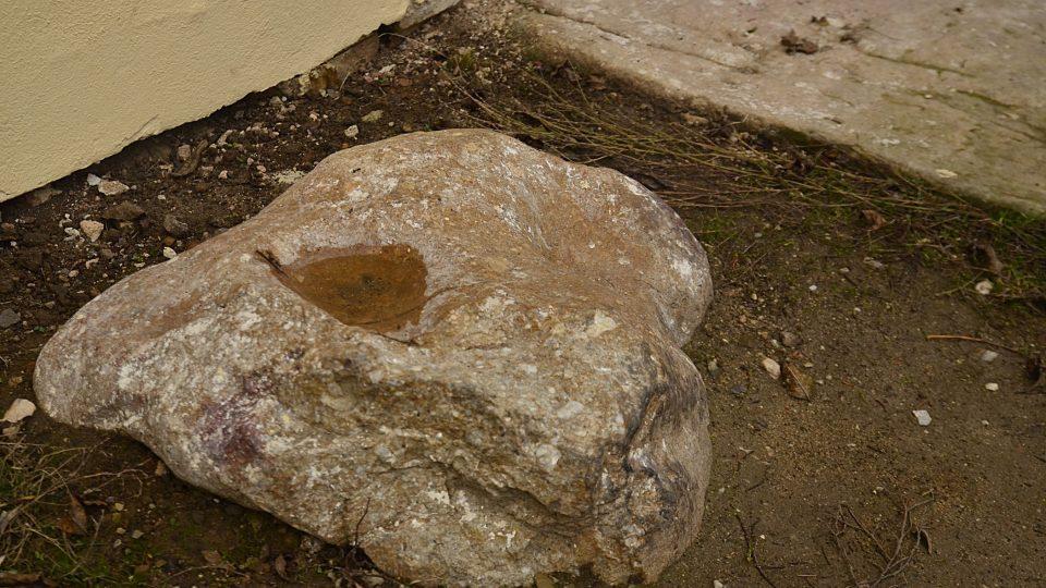Kámen s otiskem modlícího se sv. Petra