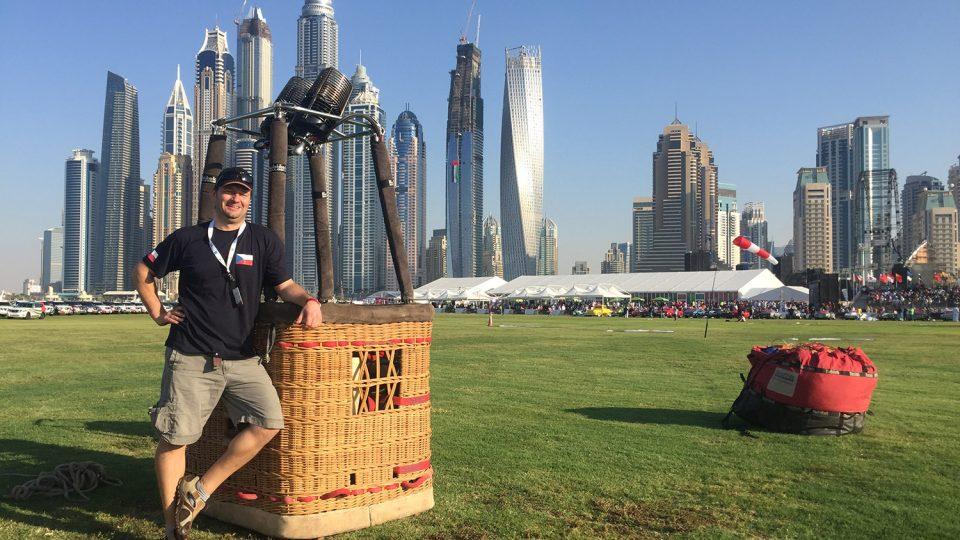 Příprava balónu před startem v Dubaji. Startovalo se z aeroklubového letiště na pláži