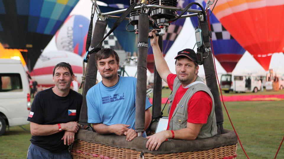 Těsně před startem v Dubaji. V koši David Línek s navigátorem Petrem Kličkou