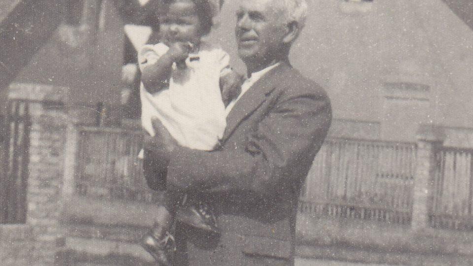 Rok 1952 - Jitka Zelenková s dědou Františkem na Zátiší v Rakovníku