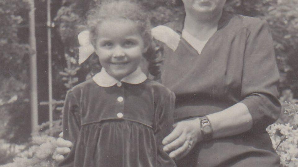 Rok 1956 - Portrét Jitky Zelenkové s babi Růženou