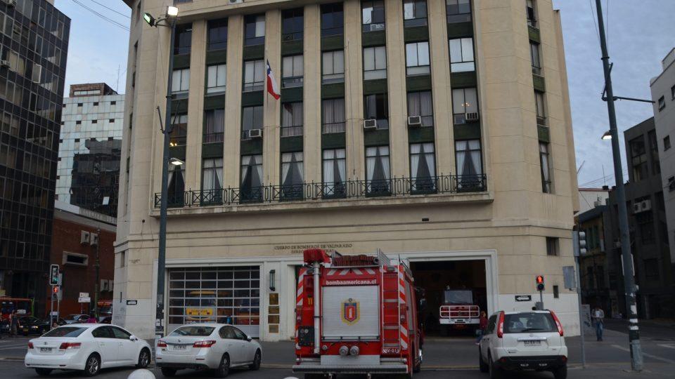 Druhé auto Amerického sboru hasičů ve Valparaísu před honosnou budovou sdružení hasičů