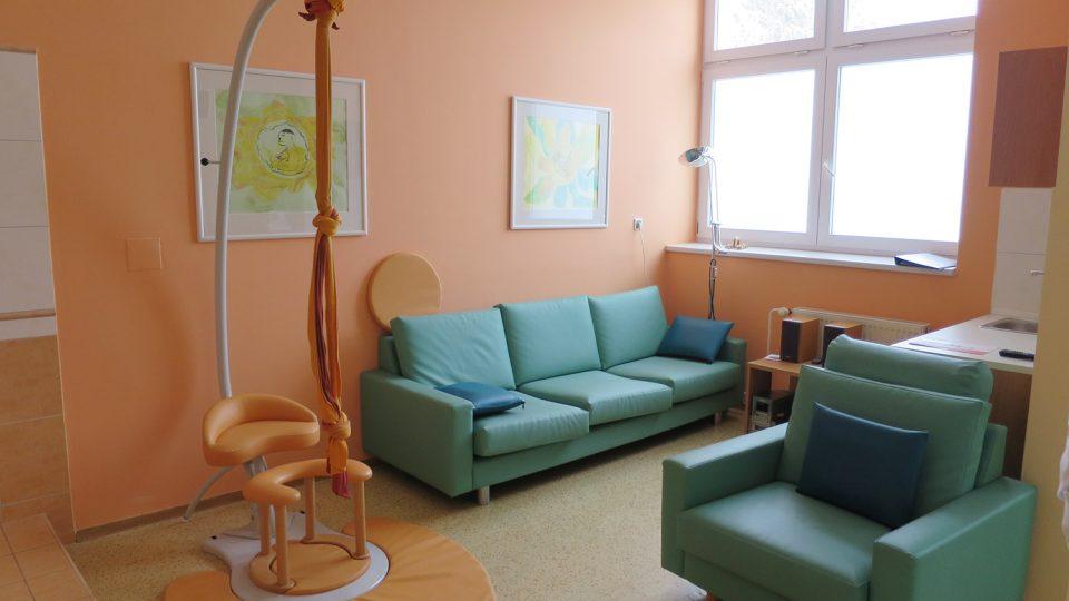Největší z porodních boxů připomíná spíš obývací pokoj