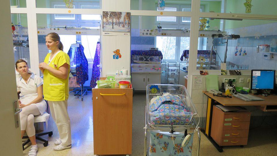 Tady lékaři pečují o miminka po jejich porodu