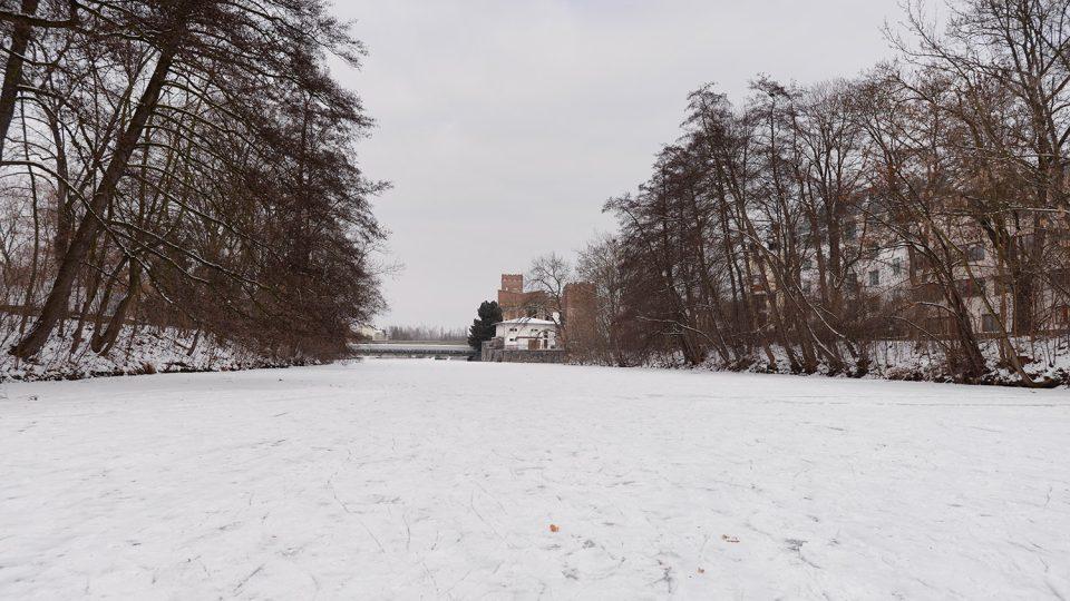 V Pardubicích se bruslí na přibližně 1,5km úseku zamrzlé Chrudimky
