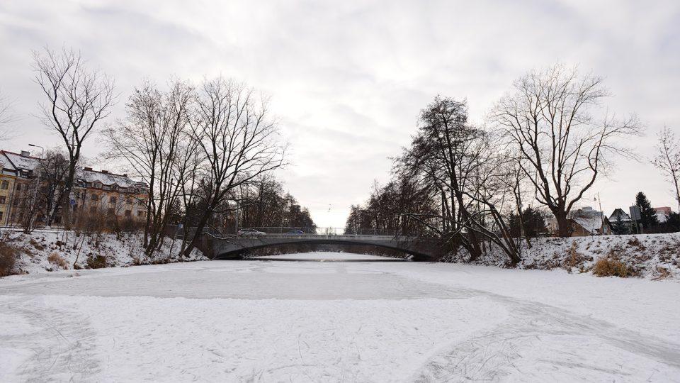 Zamrzlá Chrudimka v Pardubicích u Prokopova mostu
