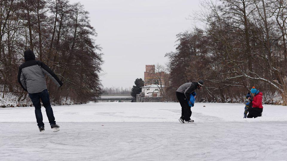 Na zamrzlou Chrudimku vyráží i rodiny s dětmi na bruslích a lyžích