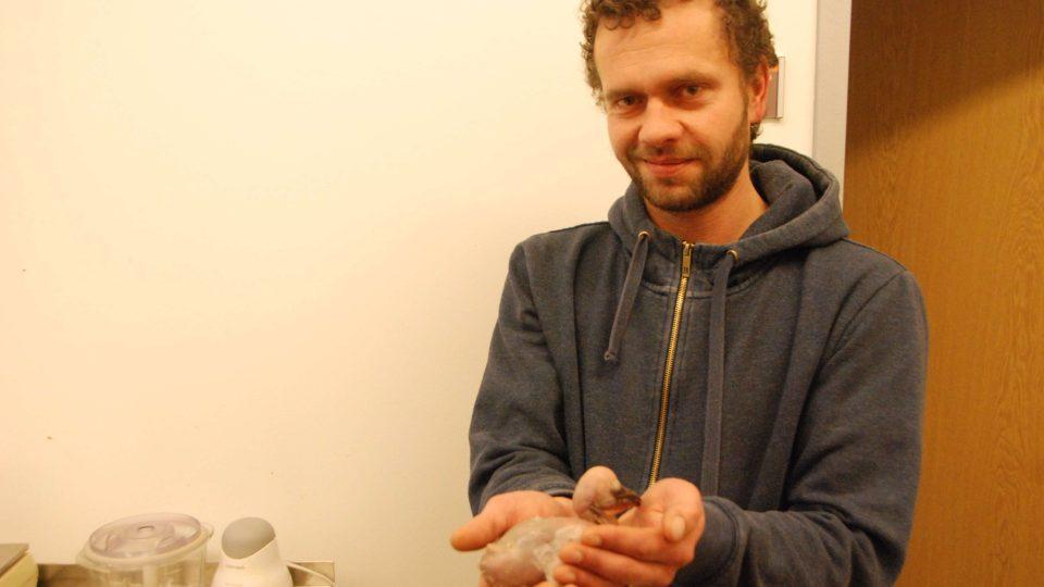 Ošetřovatel Jan Hanel a pelikání mládě