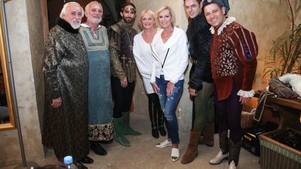 Část hereckého týmu z Noci na Karlštejně s Helenou Vondráčkovou, která si představení nenechala ujít