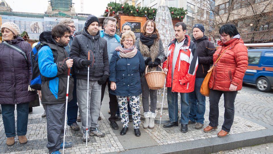 Nevidomí tvůrci ozdob pro Světlušku se setkali u stromu na Václavském náměstí