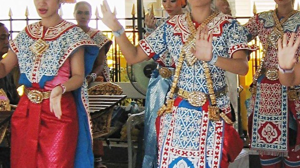 Tanec za přání prosebníků v provedení siamských dívek