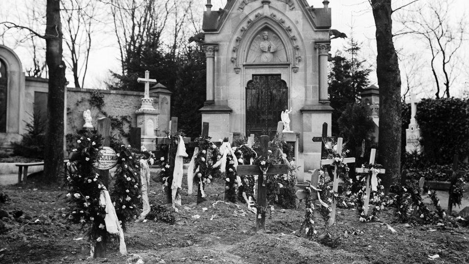 Hroby polských uprchlíků na katolickém hřbitově v Chocni