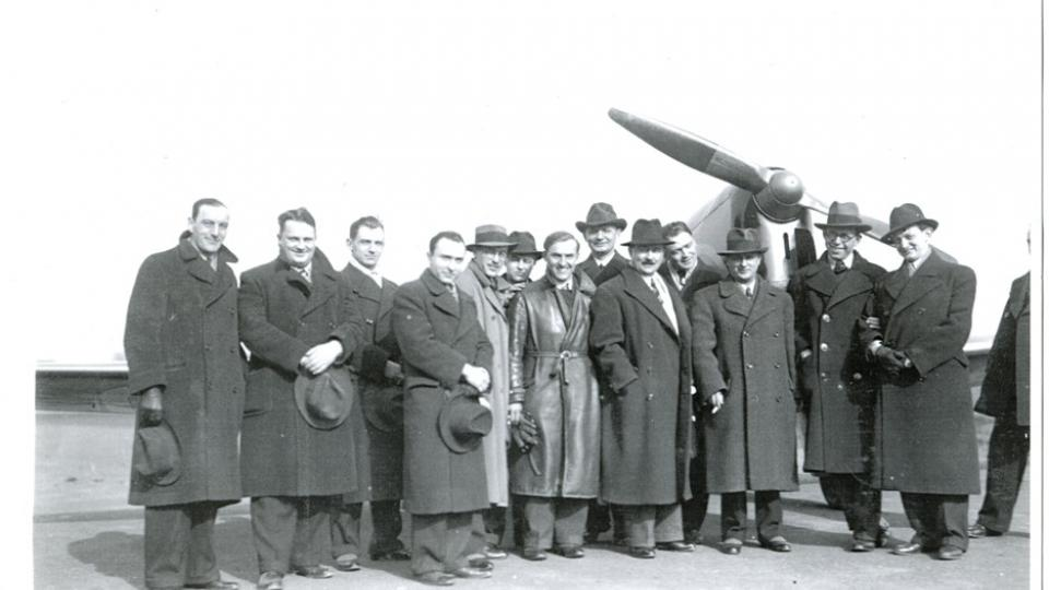Jaroslav Mráz se zkušebním pilotem Josefem Koukalem před jedním ze zalétávaných letadel