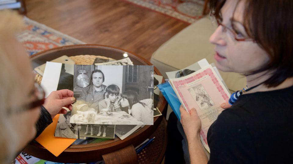 Milena Jabůrková s fotografií z dětství z roku 1969, na fotografii je ona a její mladší bratr Martin