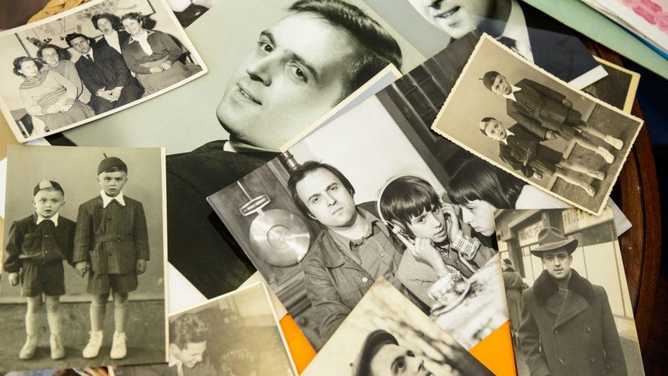 Milena ukazuje fotografie svého otce, zcela vlevo je fotografie Jiřího Gruši z dětství, spolu s jeho bratrem