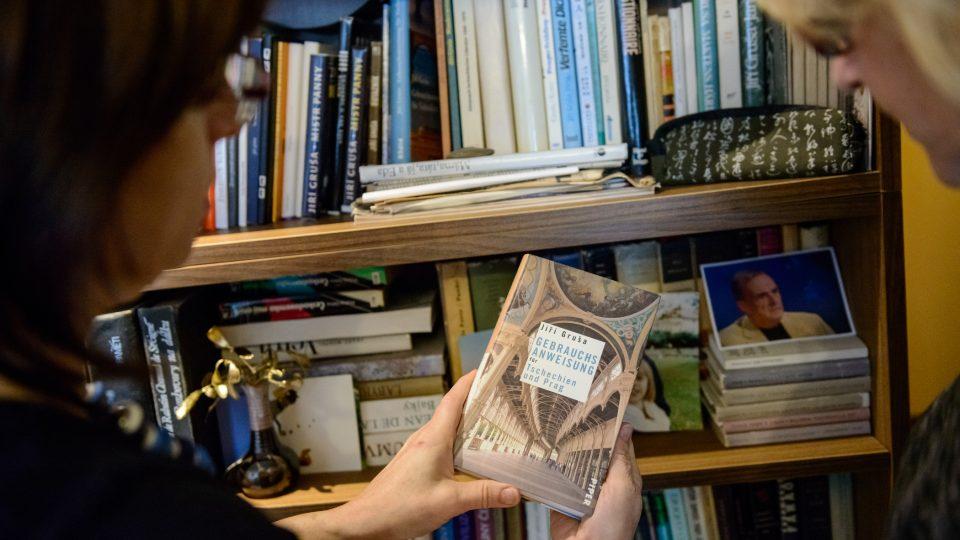 Milena ukazuje jedno vydání knihy Jiřího Gruši v němčině, ve které již vyšlo souborně celé jeho dílo