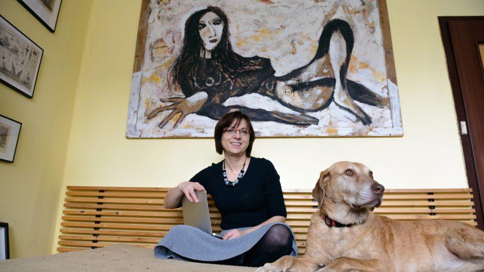 Milena pod obrazem, její portrét od Viktora Karlíka. A s počítačem v ruce, pracuje ve vedení společnosti IBM