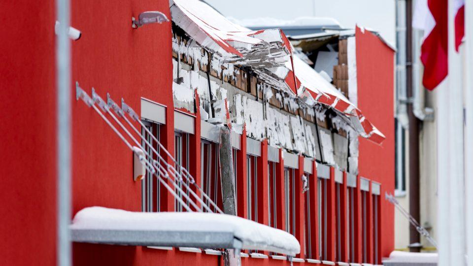 Část střechy skončila přímo na palubovce. Bortila se ale postupně a lidé uvnitř tak získali čas na útěk.