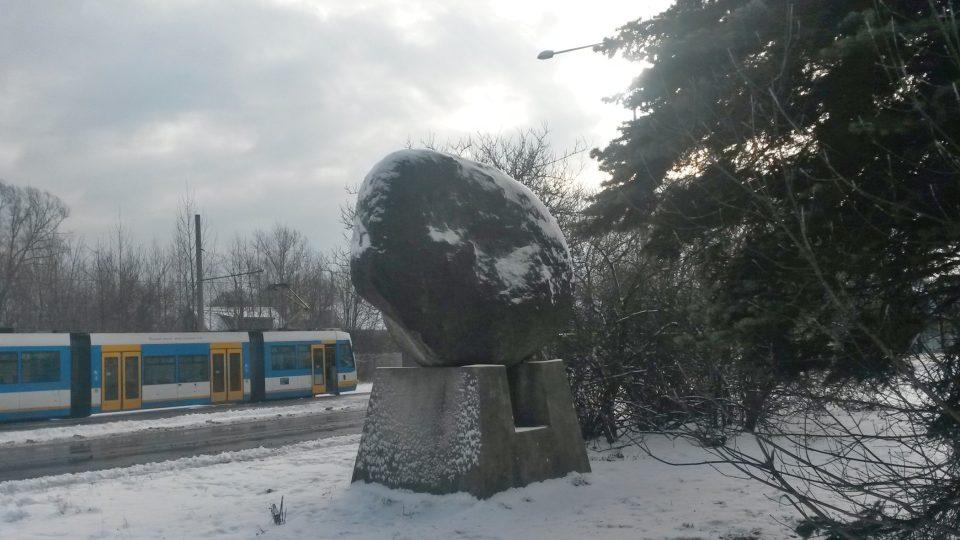 Balvan stojí na Vratimovské ulici na konečné tramvaje č. 9