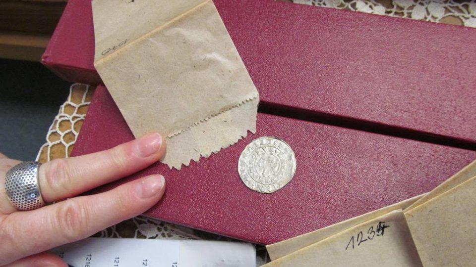 Dokumentátor vltavotýnského muzea Jiří Hladeček přepočítá jednotlivé mince pokladu, aby se přesvědčil, že žádná po zápůjčce nechybí