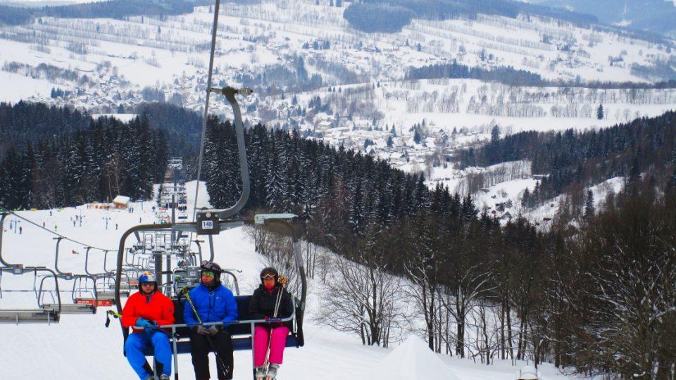 Lyžaři na lanovce ve skiareálu Rokytnice nad Jizerou. Stačí se otočit a můžete si užívat překrásné výhledy