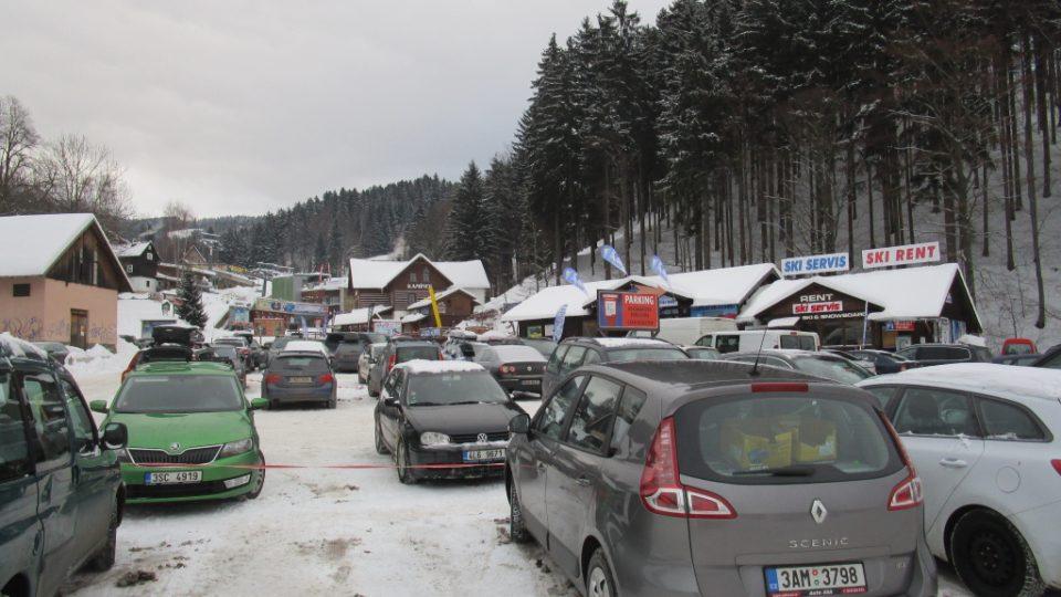 Parkování ve skiareálu Horní Domky