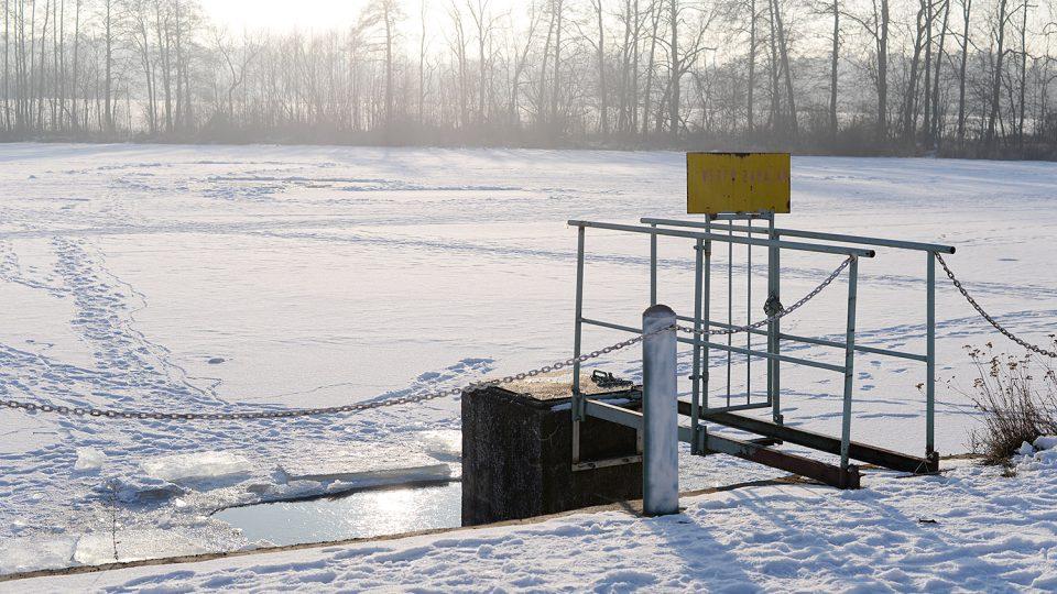 Zamrzlý Návesní rybník v Kunčí u Slatiňan s otvorem pro okysličování vody