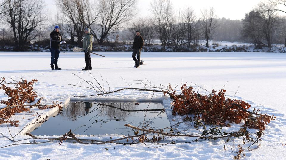 Na rybníku Mazánek u Slatiňan už jsou připravené dvě díry pro okysličování vody