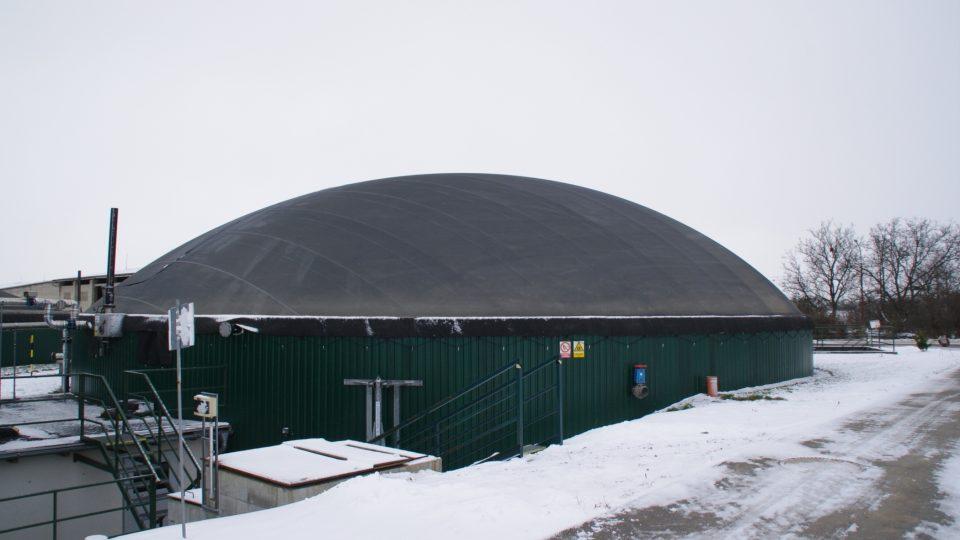 Fermentor bioplynové stanice kde díky bakteriím vzniká metan