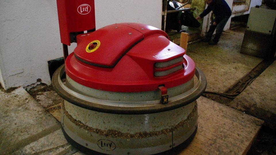 Tento robot přihrnuje zdejším kravám krmivo