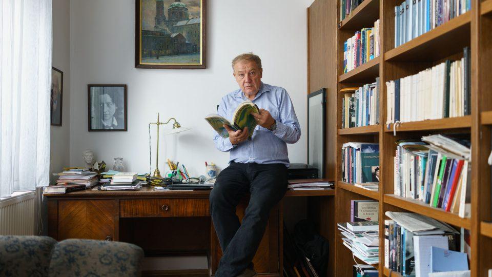 Martin Palouš u svého psacího stolu, vlevo nad stolem visí fotografie jeho oblíbené filozofky Hannah Arendtové, jejíž díla také překládal