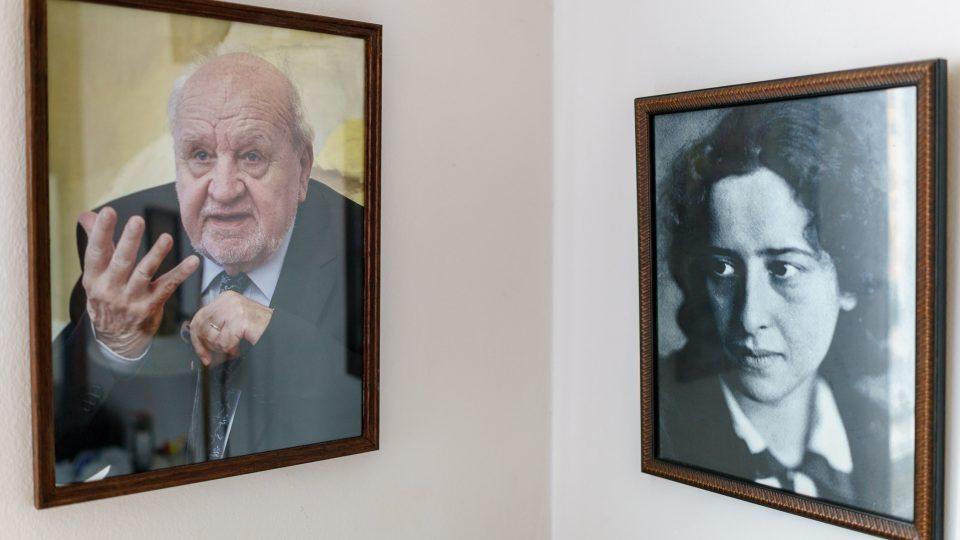 Fotografie otce - filozofa a pedagoga, také rektora Univerzity Karlovy - Radima Palouše, vpravo Hanna Arendtová
