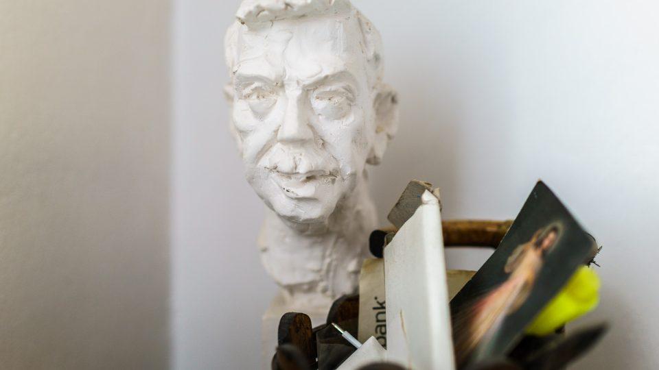 Busta Václava Havla v bytě Paloušových