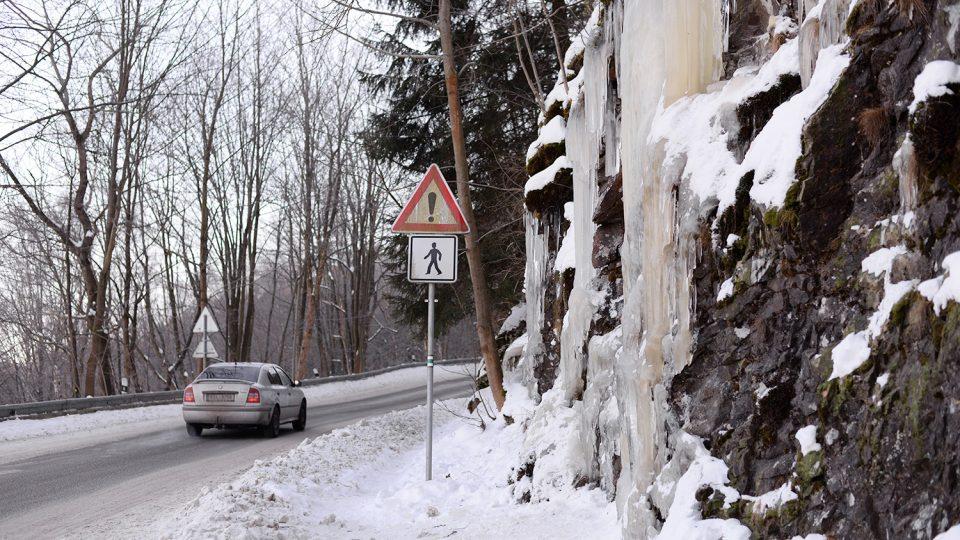 Ledopád je přímo u silnice