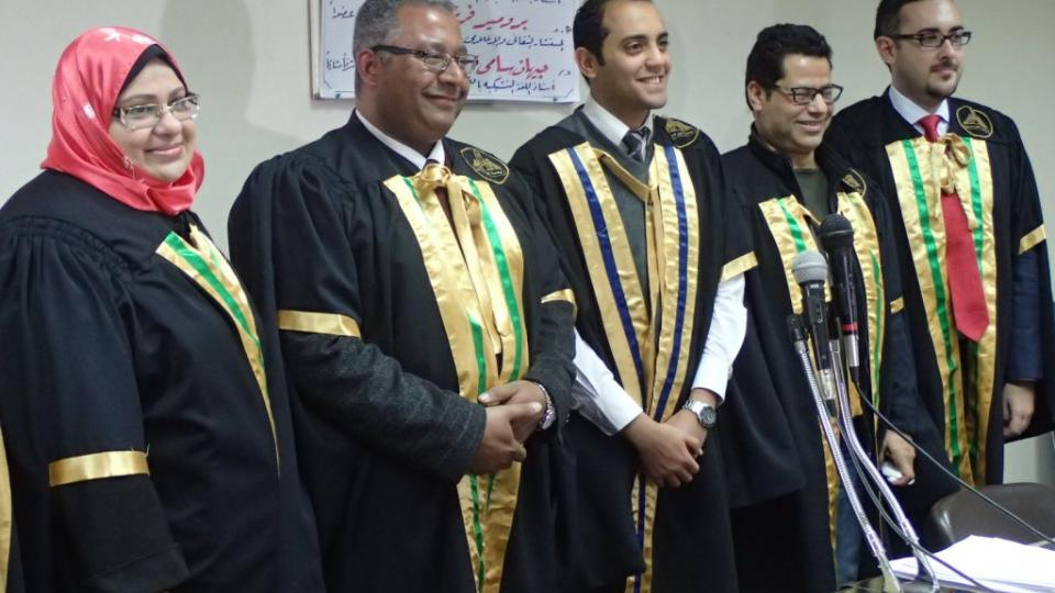Šťastvý absolvent Ibráhím Mansúr se členy odborné komise krátce po úspěšné obhajobě své diplomové práce