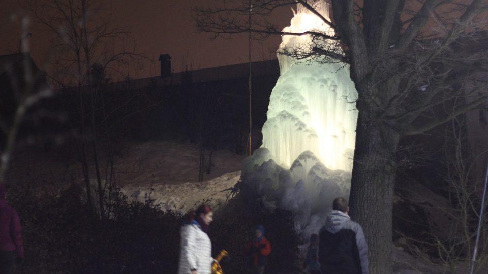 Ledovec se stal atrakcí pro široké okolí
