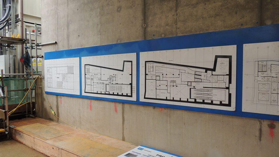 Plány podlaží jedné ze stanic železnice Crossrail, jejíž otevření se plánuje na konec příštího roku