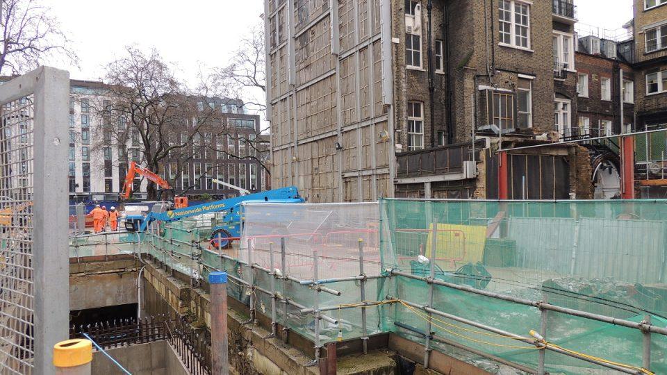 Staveniště nové stanice projektu Crossrail na Bond Street