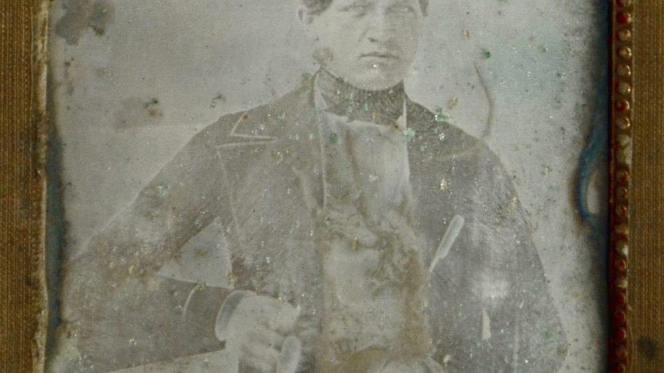 Nejstarší daguerrotypie ve sbírkách Západočeského muzea v Plzni byla pořízena v roce 1849. Zachycuje podobu mladého Jindřicha Schwarze, později okresního tajemníka v Přešticích