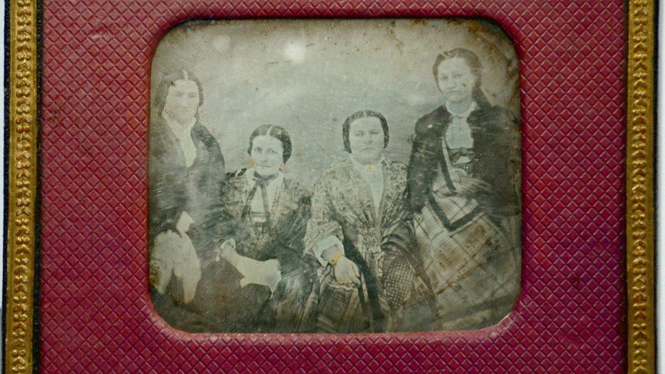 Skupinový portrét čtyř neznámých dam, 50. léta 19. století. Daguerrotypie, ale i další fotografické techniky byly zprvu velmi nákladné a většinou si je mohli dovolit spíše zámožnější lidé