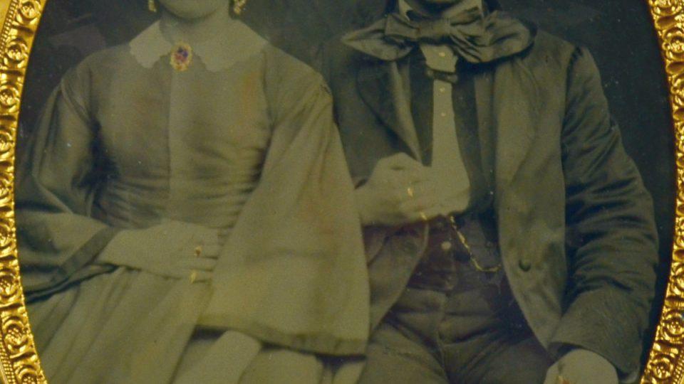 Pravděpodobně portrét Františka Kasky s matkou, ambrotypie, kolem 1860, Plzeň