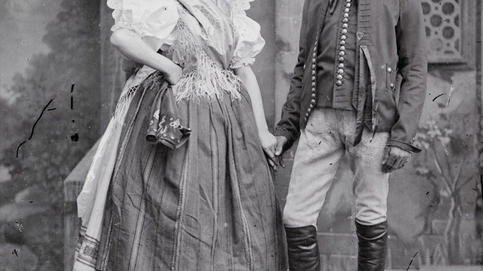 Lepší dostupnost fotografických materiálů umožnila fotografům pořizovat snímky nejen pro přímou obživu, ale také dokumentující jejich okolí a soudobý způsob života. Mezi takové autory patřil i rodák z Plzně Josef Boettinger, který tu měl ateliér