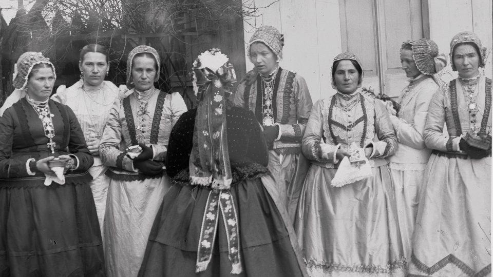 Kroje fotografoval také spisovatel Jindřich Šimon Baar. Na snímku z roku 1892 zachytil skupinu žen z Labutě v německém kroji. Jednu z nich dokonce přiměl, aby se postavila zády k fotoaparátu, aby tak mohl dokumentovat kroj zezadu