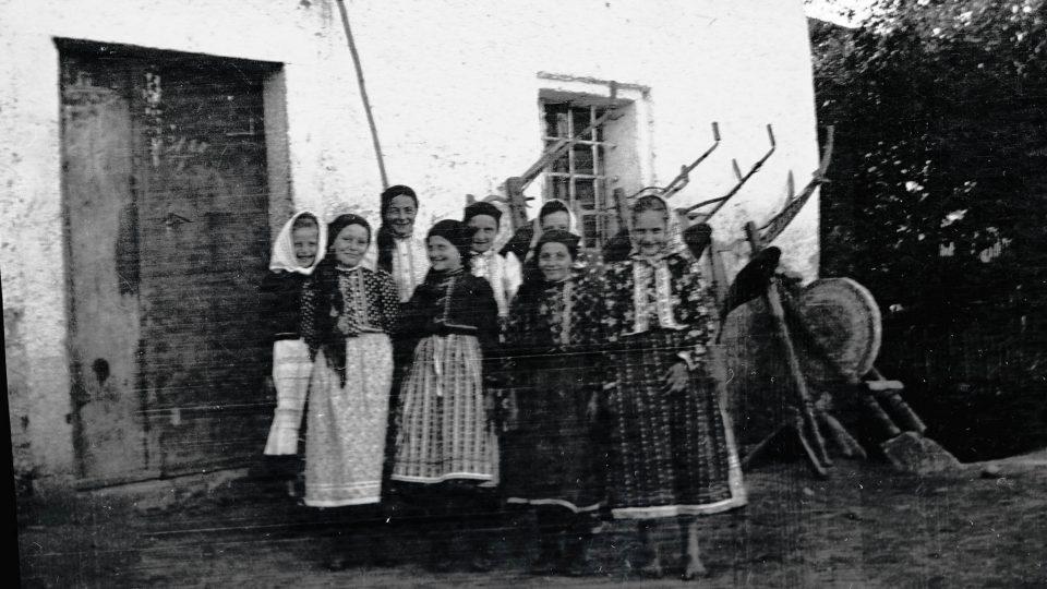 Skupina dívek u Oujezda u Domažlice. Autor a datace nejsou uvedeny, snad kolem roku 1900