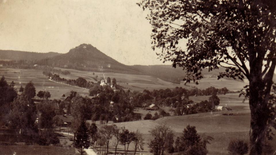 Historický záběr na Žampach směrem od obce Písečná