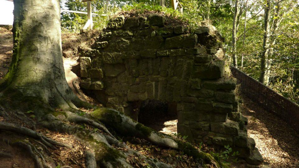 Pozůstatek někdejšího hradního paláce na Žampachu se zaklenutým přízemím