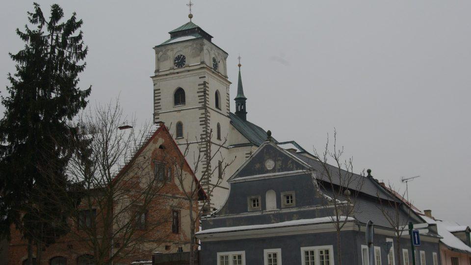 Dominanta Sobotky kostel sv. Maří Magdaleny s dobovou zástavbou je na dohled od Parmiggianiho skulptury