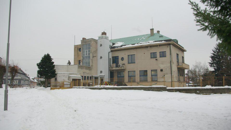 Sobotecká radnice - kulturní památka vystavěná v roce 1935, za ní dnes stojí Parmiggianioho skulptura