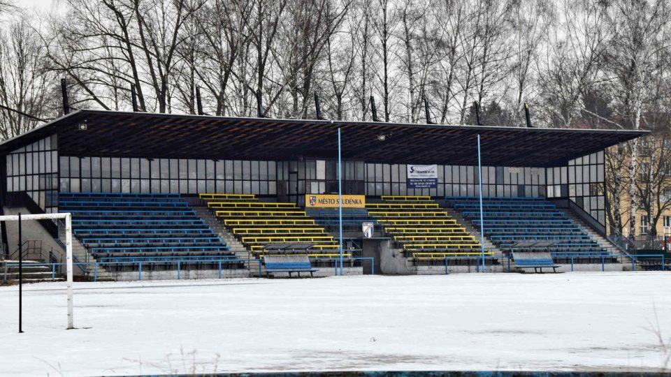 Tribuna fotbalového hřiště
