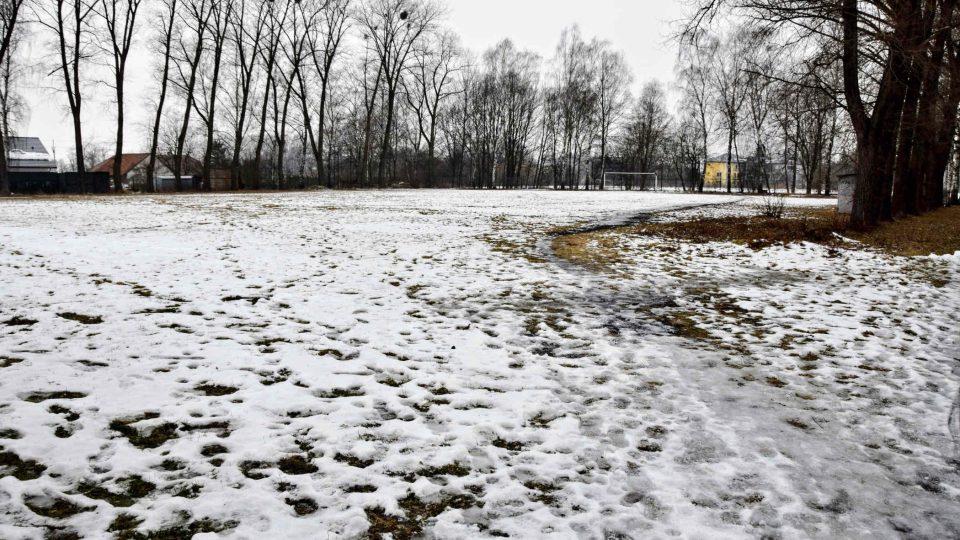 Bývalé škvárové hřiště je bez užitku a zarostlé